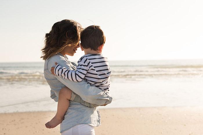 Pierwszy raz na plaży – jak przygotować dziecko na wyjazd nad morze?