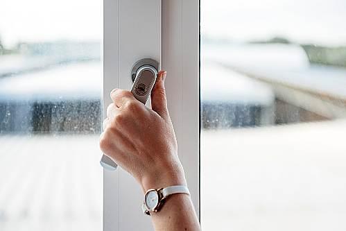 Otwieranie okna zima werandowanie