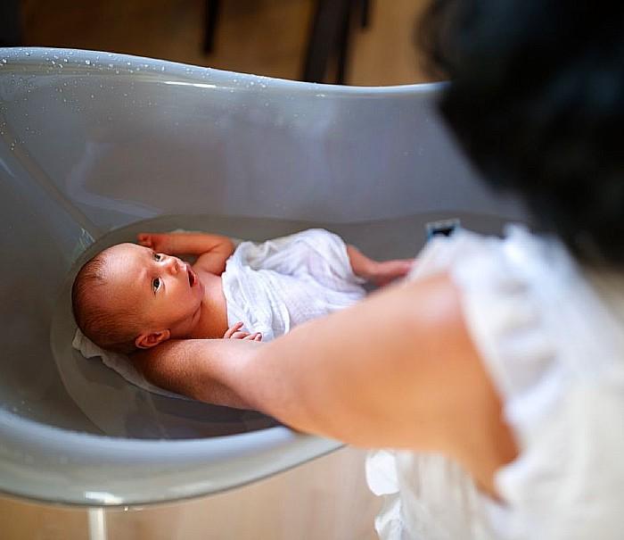 Kąpiel emoliencyjna – jakie przynosi korzyści i kiedy ją stosować?
