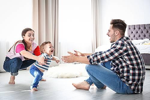 dziecko stawia pierwsze kroki
