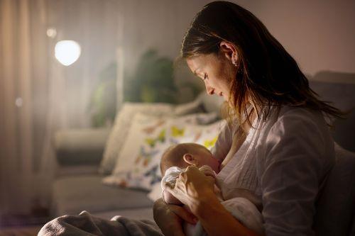 mama karmi dziecko piersią przed snem