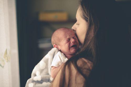 mama trzyma plączące dziecko