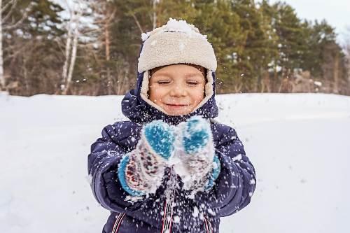 dziecko bawi się na śniegu
