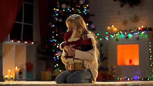 dziecko dostaje prezent