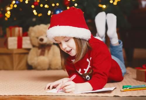dziewczynka pisze list do Mikołaja