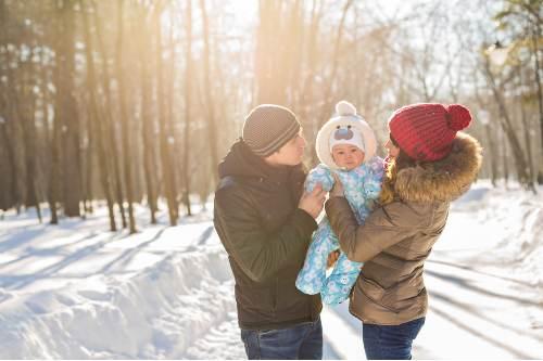 rodzina na zimowym spacerze