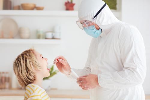 pobieranie próbki na covid od dziecka